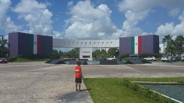 Decoración entrada Cumbres. Septiembre 2016. Cancún