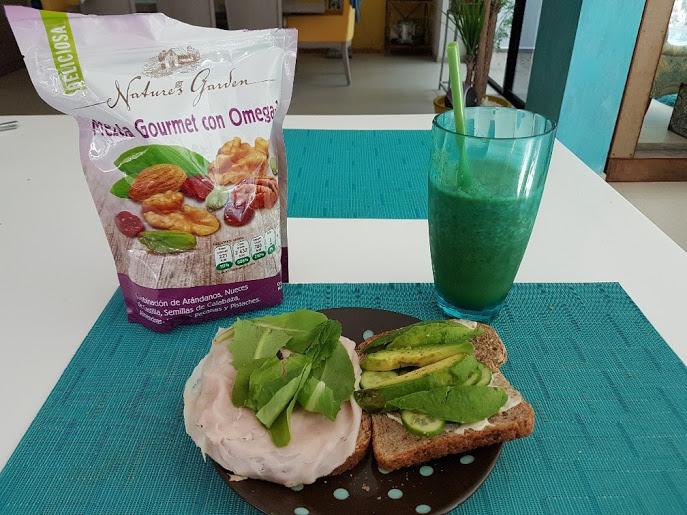 Desayuno casero. Jugo verde y pan ezequiel con pavo,aguacate y aceite de oliva