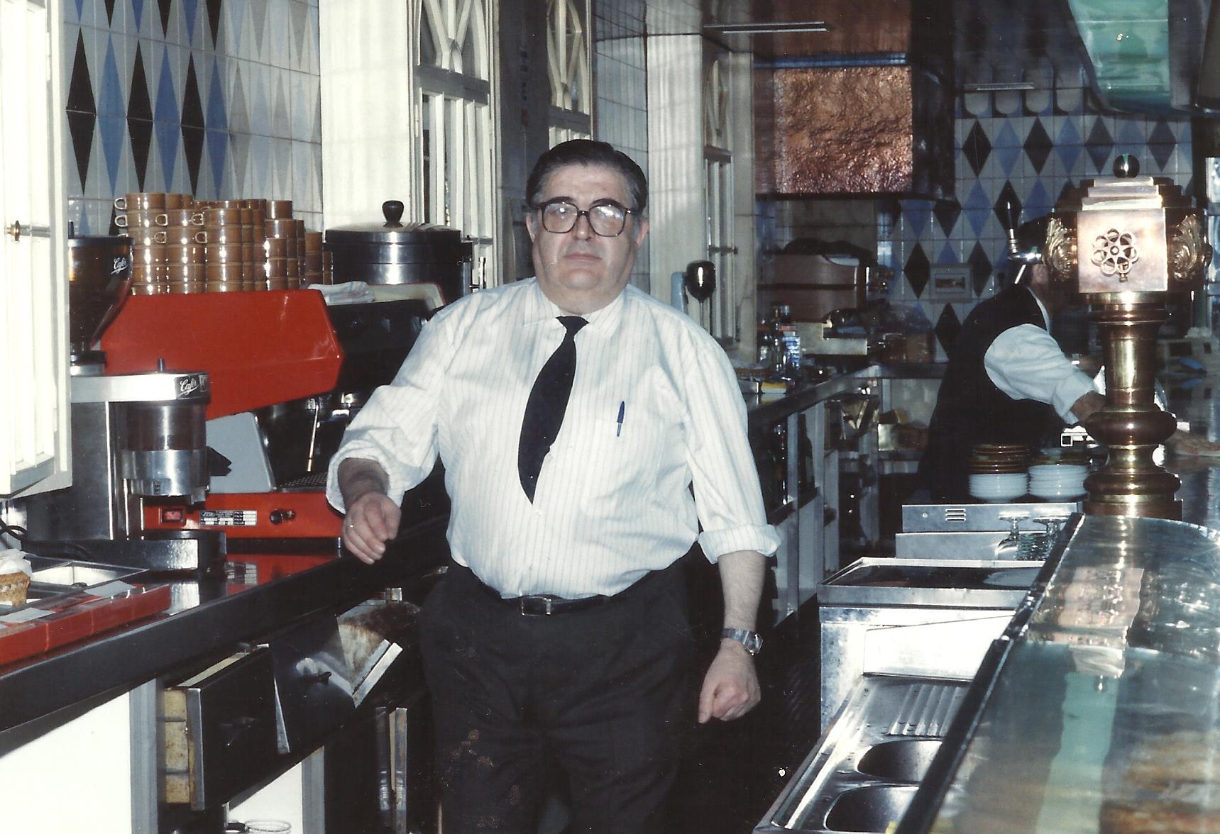 Mi padre en Cafetería Benítez. Años 80